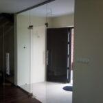 Szklane ściany działowe znaświetleniem idrzwiami uchylnymi lewymi