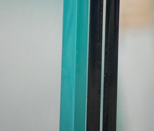 Po lewej szkło OptiWhite, poprawej zwykłe szkło float, bezszlifu trapezowego